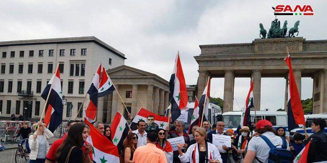 أبناء جاليتنا في ألمانيا وطلبتنا ينظمون وقفة أمام السفارة الأمريكية في برلين احتجاجاً على ما يسمى قانون قيصر