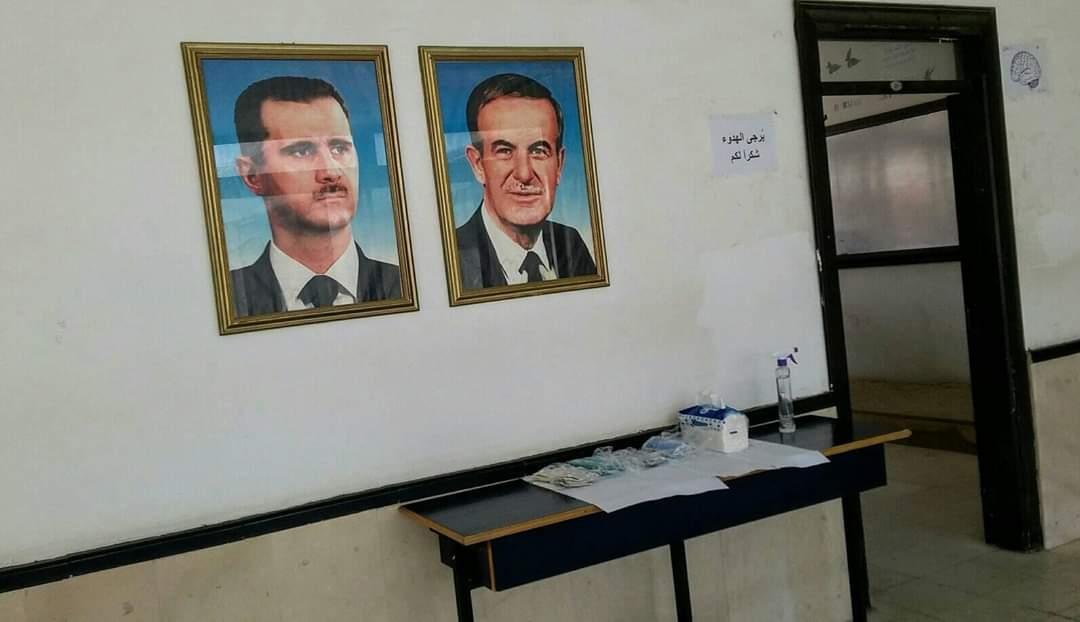 دكتور في جامعة تشرين يعقم المقاعد ويوزع الكمامات للطلاب مجاناً