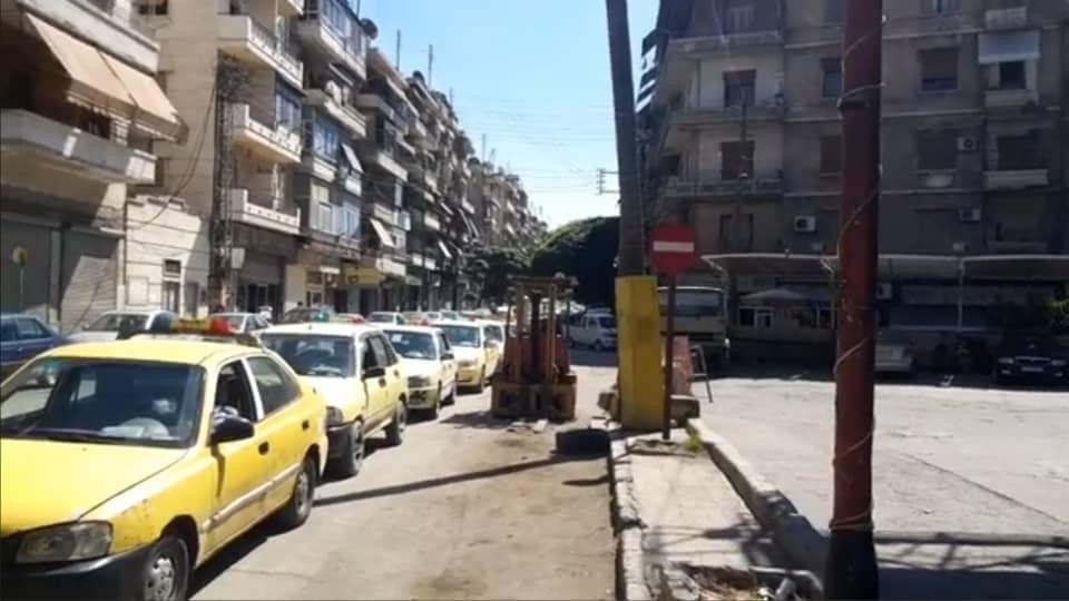 أزمة البنزين تتزايد بطوابير السيارات ضمن أحياء مدينة حلب مع اقتراب دوام طلاب المدارس