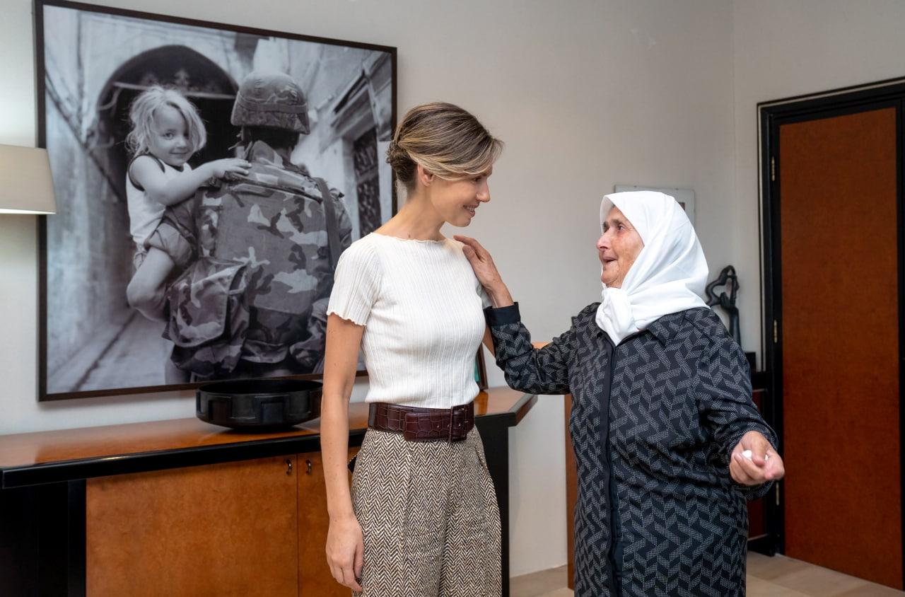 السيدة أسماء الأسد تلتقي السيدة نجلاء برغل الحاصلة على الشهادة الجامعية بعمر 79